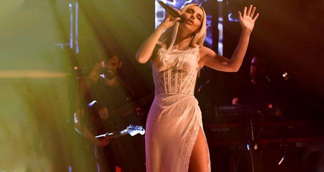 Gülşen'in derin yırtmaçlı elbisesi sosyal medyanın diline düştü