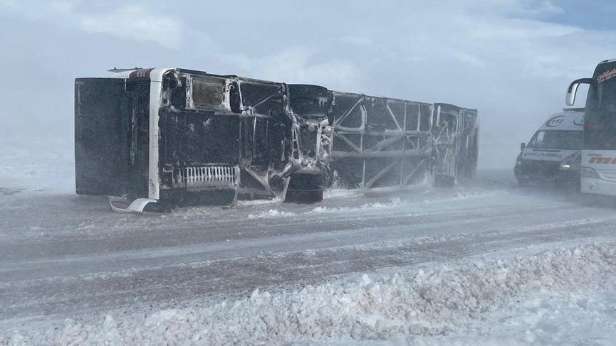 Yolcu otobüsü devrildi, çok sayıda yaralı var