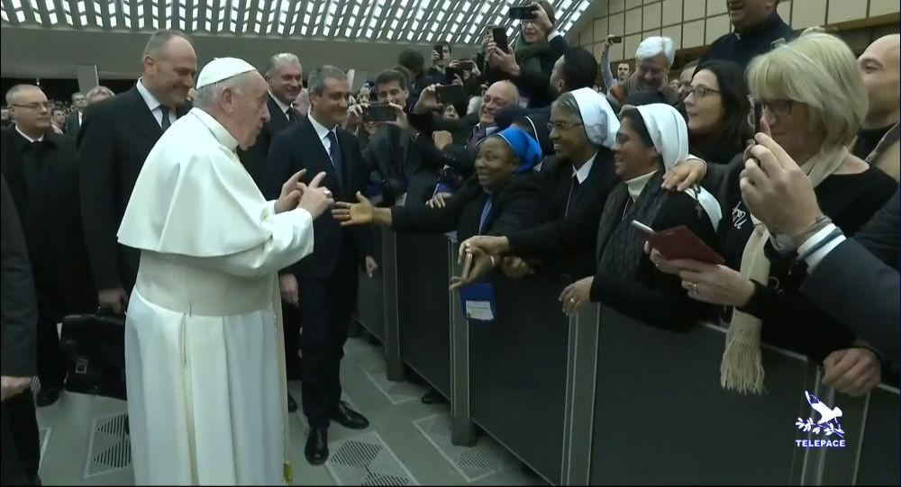 Papa: ''Isırmayacağına söz verirsen öpebilirsin''