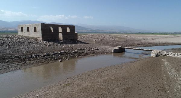 Baraj suları çekilince eski yerleşim yeri gün yüzüne çıktı