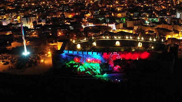 Nevşehir Kalesi'nde görsel şölen! Türk ve Azerbaycan bayrağı aydınlattı