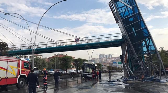Otobüs üst geçit asansörüne çarptı: Yaralılar var!