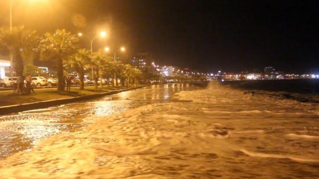 Karadeniz'de dev dalgalar! Deniz yola taştı