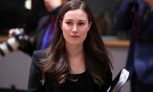 Genç başbakanın göğüs dekoltesi olay oldu