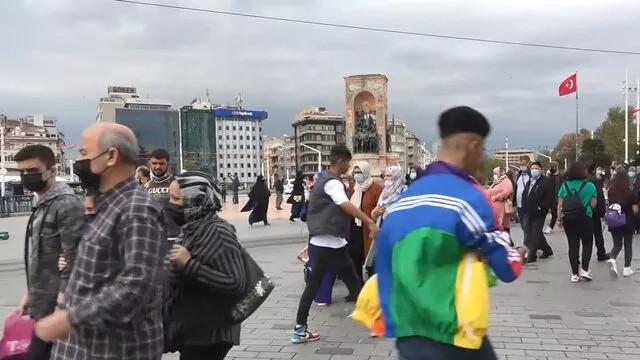 Korona yokmuş gibi! Taksim'de dikkat çeken kalabalık