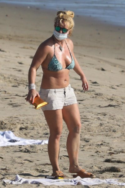 Britney Spears maskesiyle güneşlendi
