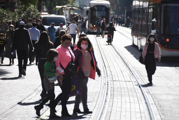 Eskişehir'de koronavirüs vakaları artarken maskeler çenede! - Resim: 2