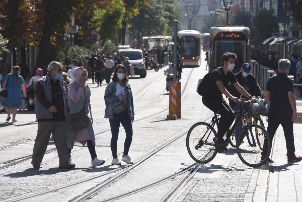 Eskişehir'de koronavirüs vakaları artarken maskeler çenede! - Resim: 3