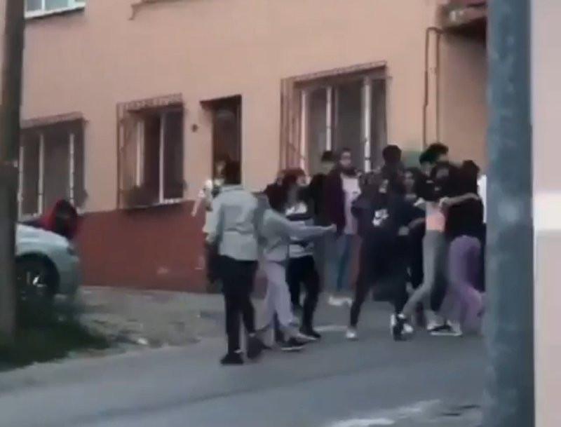 Liseli kızların erkek kavgası kamerada!