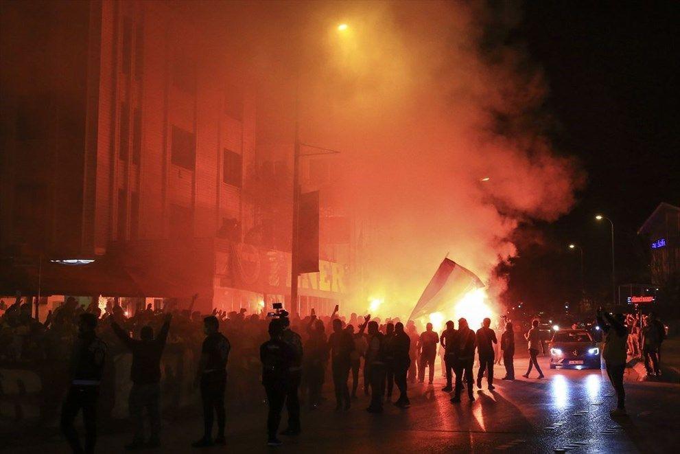 Fenerbahçeli futbolcular, Trabzonspor galibiyetini taraftarıyla kutladı