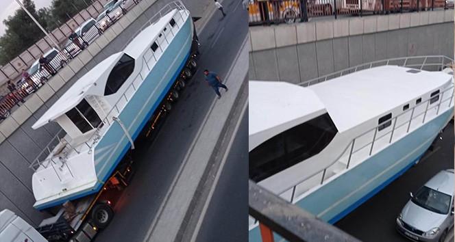 Denizi olmayan Diyarbakır'da, tekne yolda mahsur kaldı!