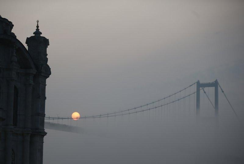 İstanbul'a sis çöktü! Göz gözü görmedi!