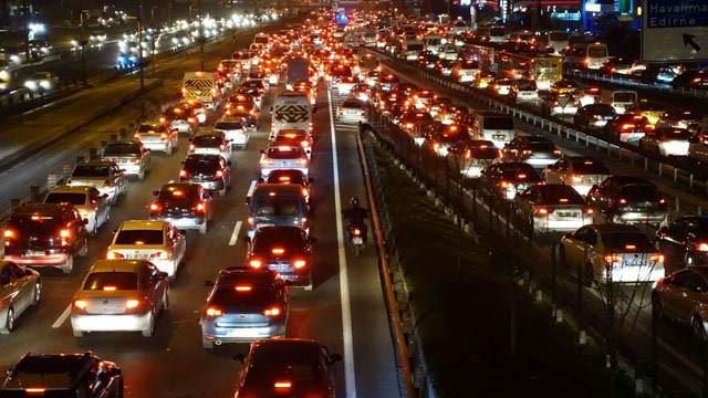 İstanbul trafiği eskiye döndü! Her bir saatin 47 dakikası trafikte geçiyor