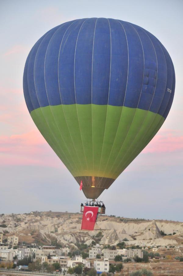 Kapadokya'da balonlar, Türk bayrakları ile havalandı - Resim: 1