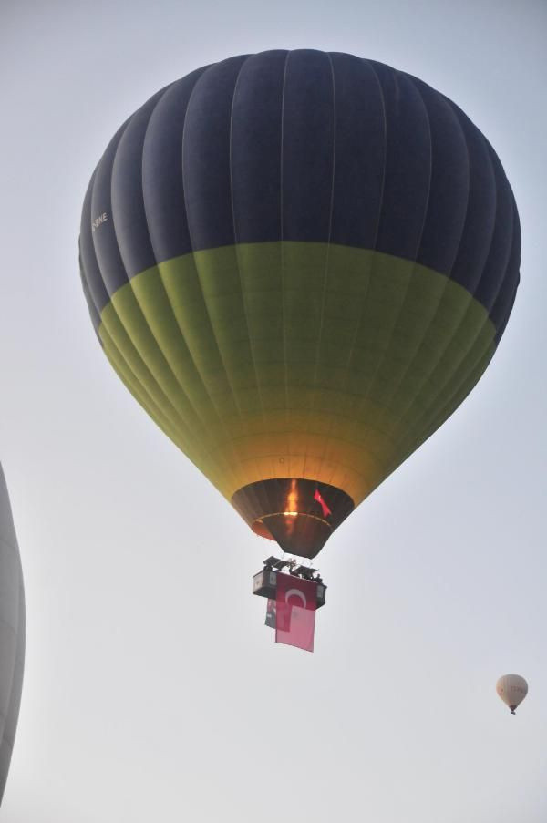 Kapadokya'da balonlar, Türk bayrakları ile havalandı - Resim: 2