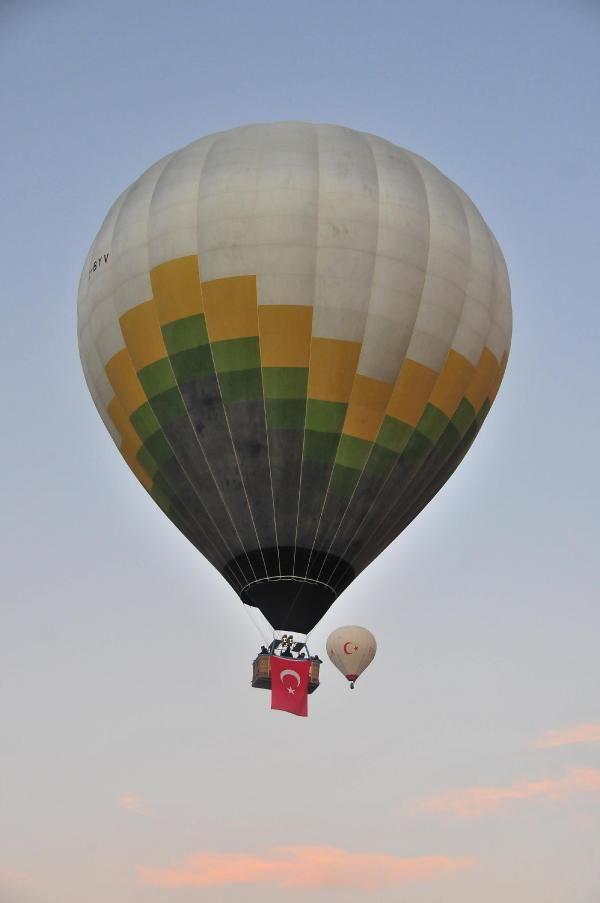 Kapadokya'da balonlar, Türk bayrakları ile havalandı - Resim: 4