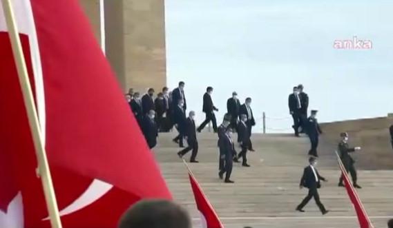 Anıtkabir'de tepki çeken ''seni seviyoruz reis'' sloganı!