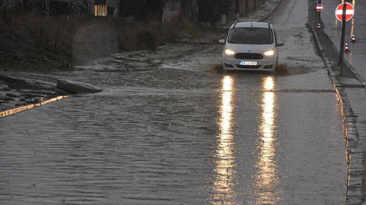 Tekirdağ Malkara'da sağanak yağış hayatı felç etti