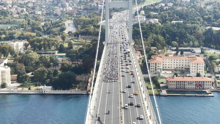 Yüzlerce motosikletli köprüden geçti