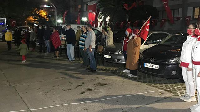 İstanbul'da vatandaşlar 19.23'te hep birlikte İstiklal Marşı okudu