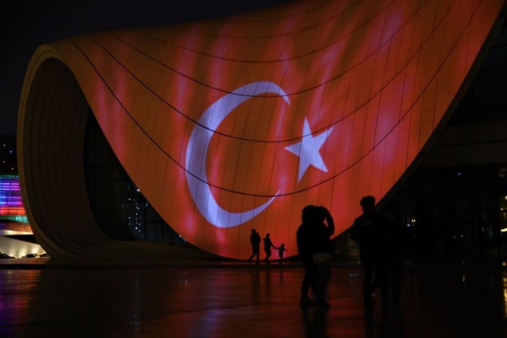 Bakü'de büyüleyen görüntü! Türk bayrağı yansıtıldı - Resim: 1