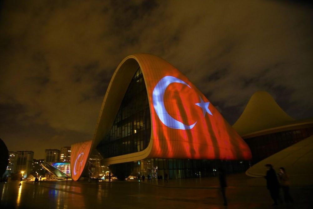 Bakü'de büyüleyen görüntü! Türk bayrağı yansıtıldı - Resim: 3