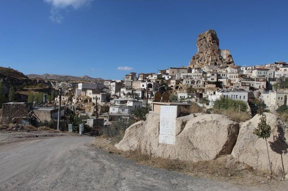 Kaya üzerinde bulunan mezar, turistlerin büyük ilgisini çekiyor