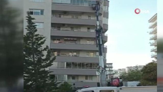 Deprem sonrası İstanbul'da bir bina boşaltılıyor