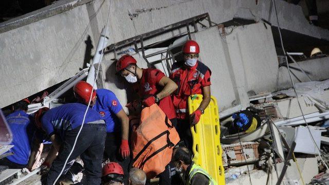 İzmir'de enkaz altından anne ölü, oğlu yaralı olarak çıkartıldı
