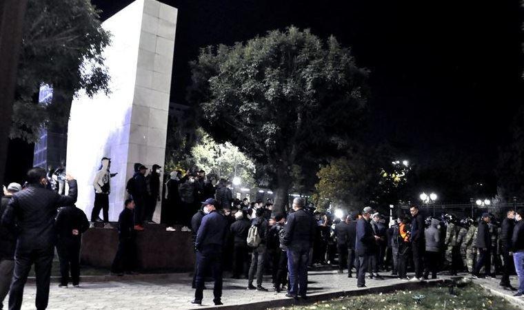 Kırgızistan'da Cumhurbaşkanlığı Sarayı ve parlamento işgal edildi