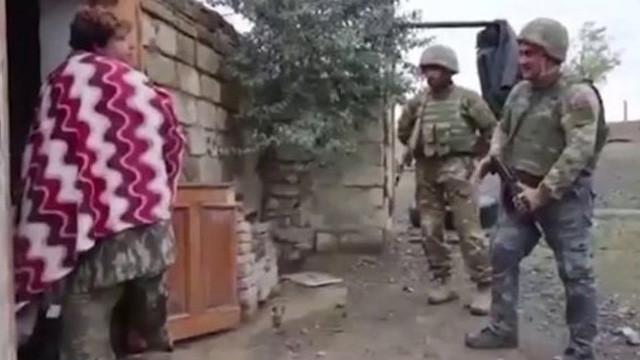 Ermeni kadın Azerbaycan askerlerini böyle karşıladı: Evinize hoş geldiniz