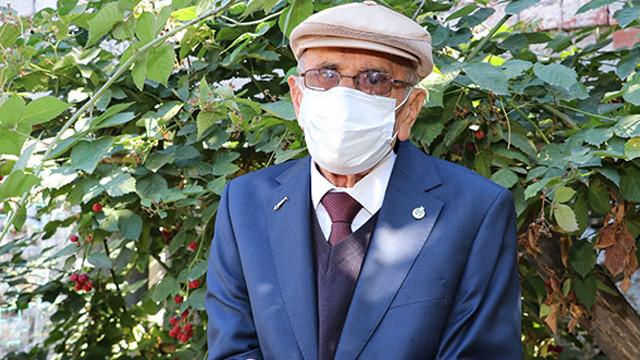 91 yaşındaki Bekir öğretmen koronavirüsü yendi