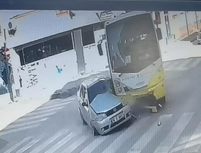 Özel halk midibüsü ile otomobil çarpıştı: 7 yaralı