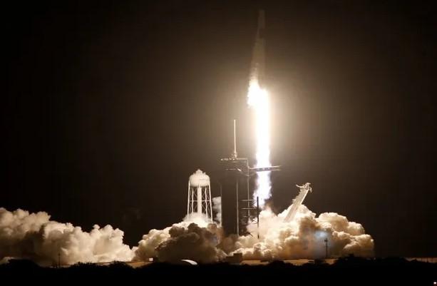 SpaceX'in mürettebatlı uzay yolculuğu başladı