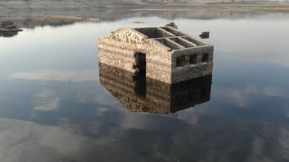 Barajın suları çekilince köy kalıntıları gün yüzüne çıktı