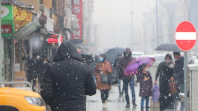 Yüksekova'da kar yağışı hayatı olumsuz etkiledi