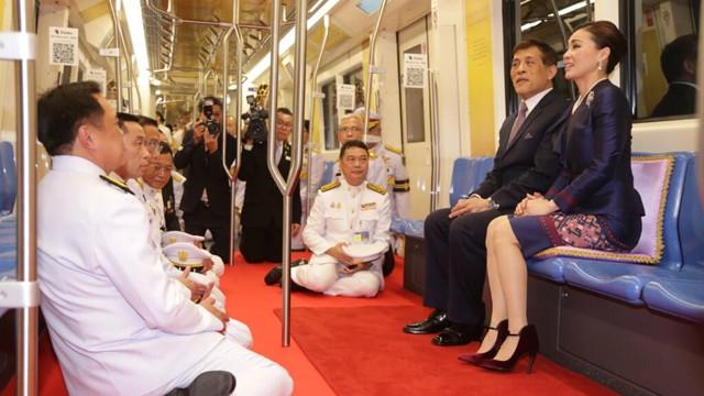 Cariyeleriyle ünlü Tayland Kralı, metro açılışında kırmızı halı serdirdi!