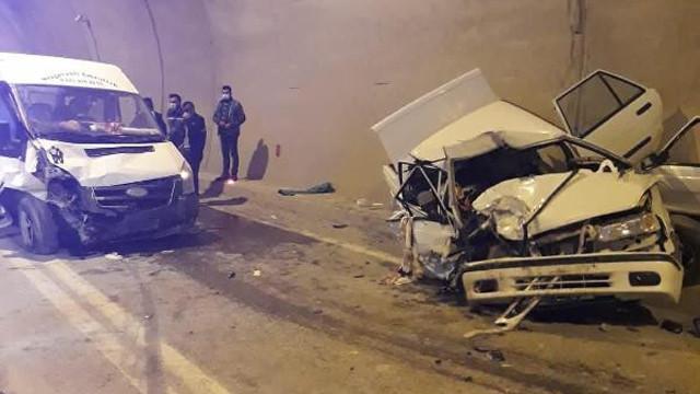 Minibüs ile otomobil kafa kafaya çarpıştı: 1 ölü, 4 yaralı