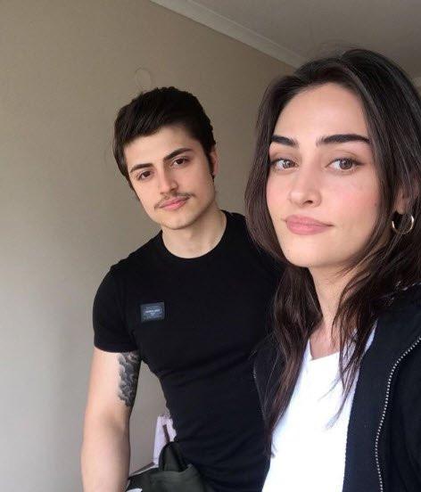 Esra Bilgiç'in kardeşi sosyal medyada olay oldu!