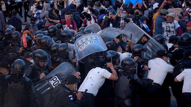 Guatemala'da halk sokağa döküldü! Binlerce kişiden protesto