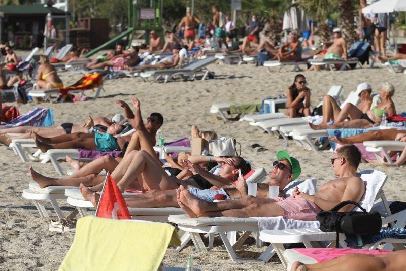 Alanya'da sahiller ve plajlar doldu taştı