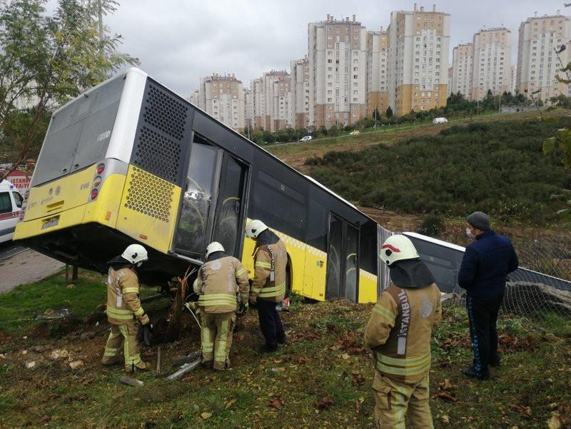 İstanbul'da İETT otobüsü devrildi!