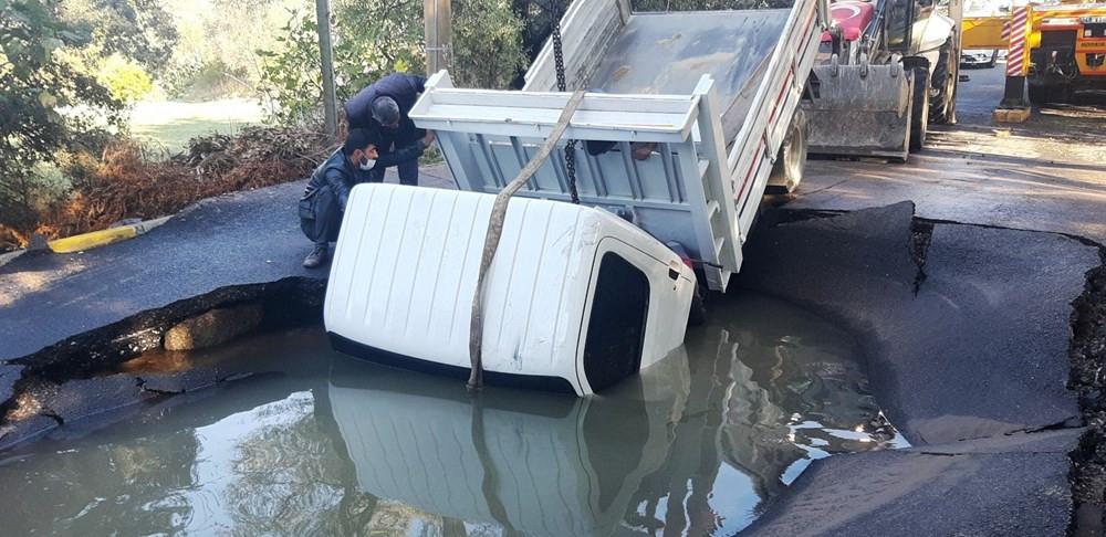 Bodrum'da korkutan anlar! Patlayan asfalta kamyonet düştü