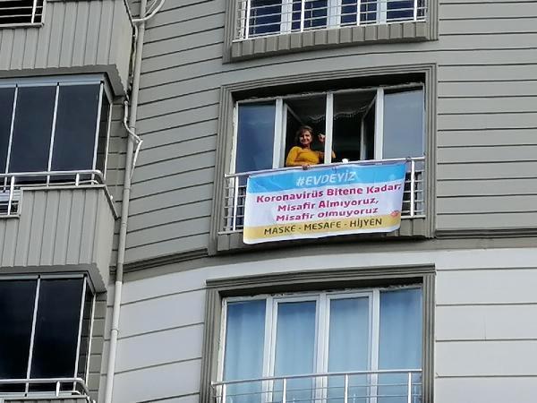 Evinin camına astığı afiş şaşırttı