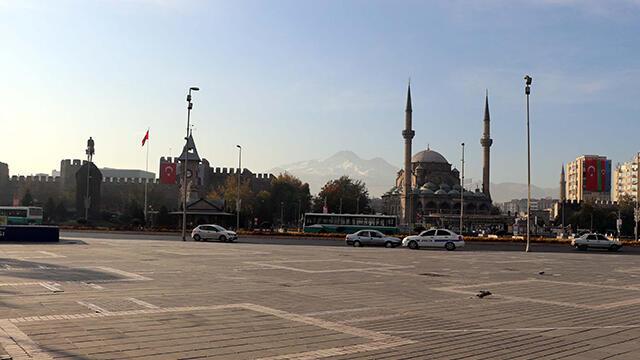 Kayseri'de kısıtlama öncesi meydanlar boşaldı