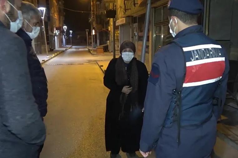 Sokağa çıkma yasağında hasta kadını sokağa bırakıp kaçtı