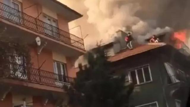 Ankara'da yangın paniği! Çatıda kurtarılmayı beklediler