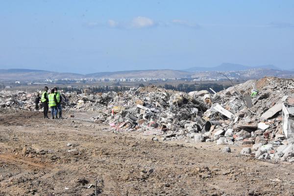 Depremde yıkılan binaların enkazı tek bir alanda toplandı
