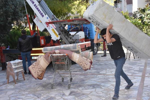 İzmir'de evleri zarar gören depremzedeler taşınıyor - Resim: 4