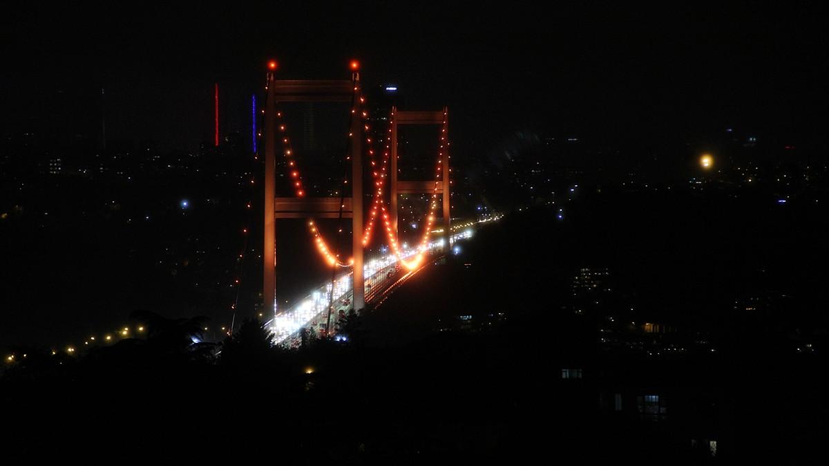 İstanbul'da köprü turuncuya boyandı
